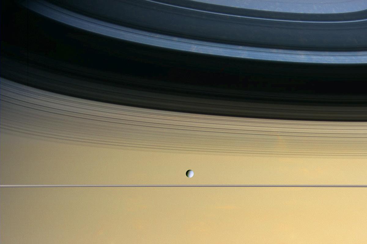 Ученые поведали олунах, собирающихся вокруг Сатурна