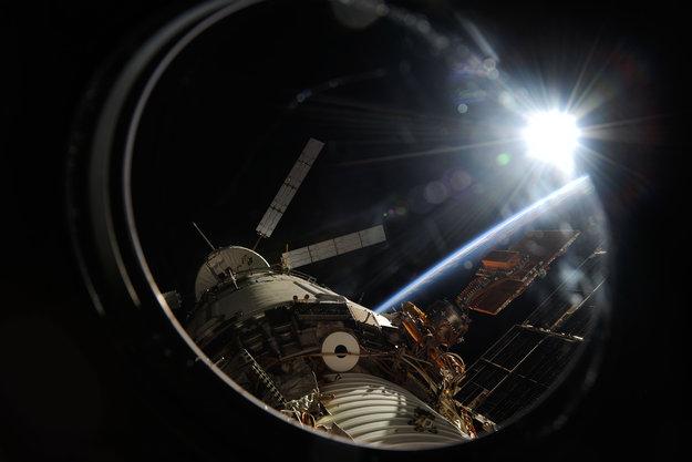 Космонавты загрузили мусор в КА Альберт Эйнштейн