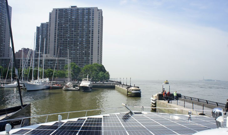 На пристань в North Cove Marina прибыл огромный солнечный тримаран