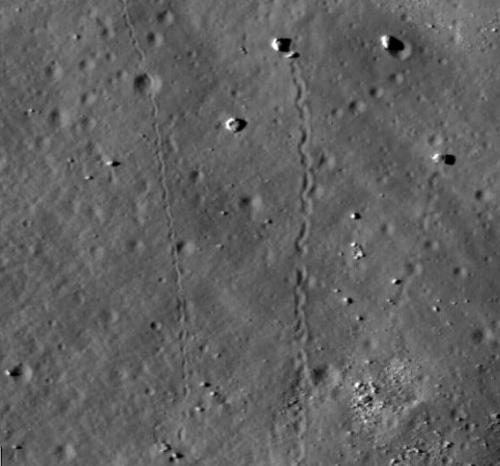 LRO видит следы скатившихся камней на Луне (2 фото)