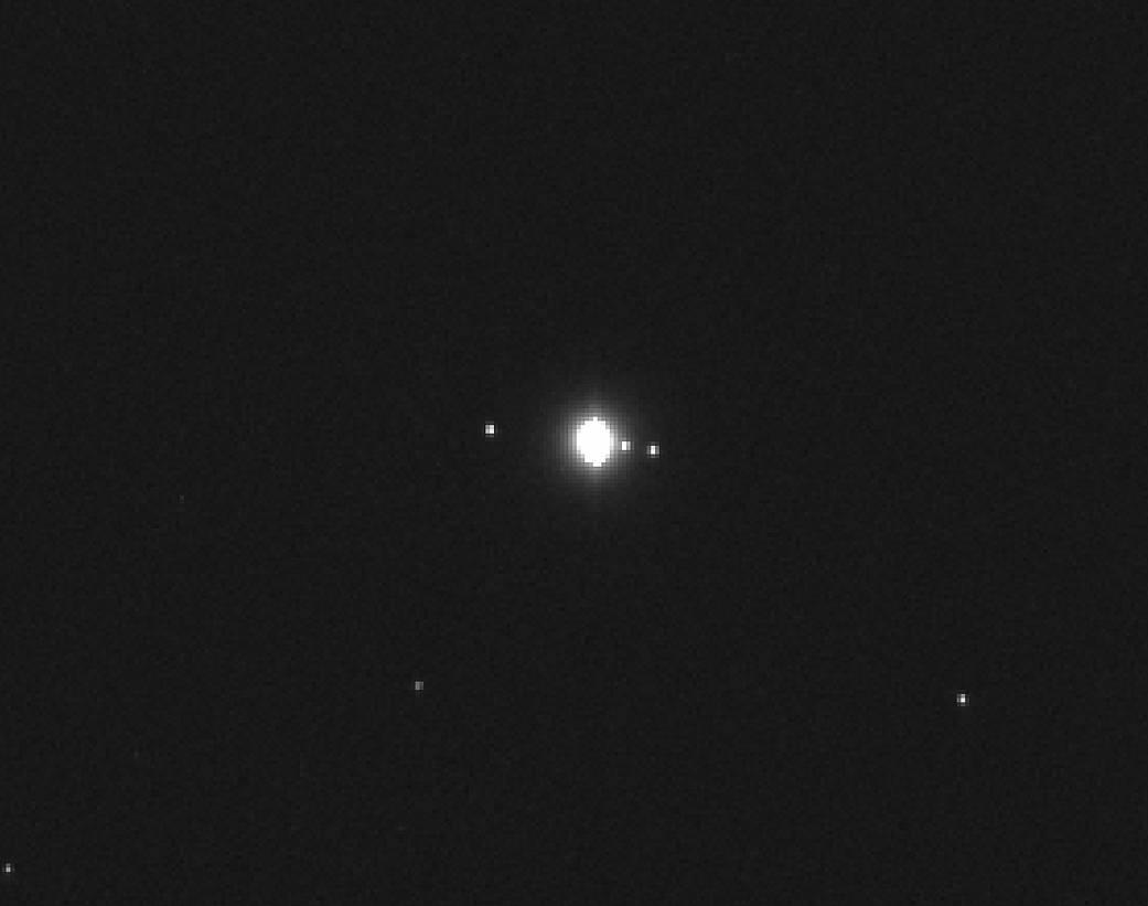 NASA опубликовало снимок крупнейшей вСолнечной системе луны