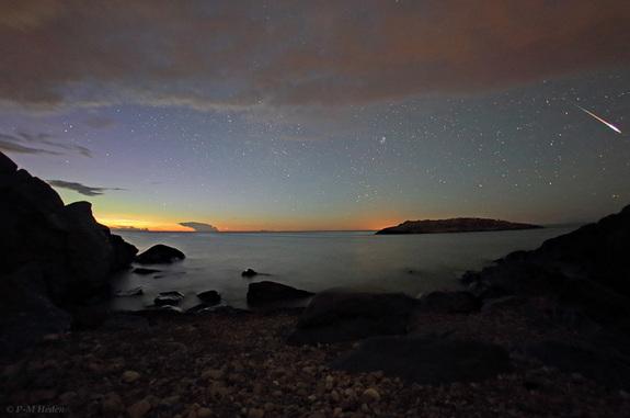 Астрофото дня: яркий метеор над Балтикой