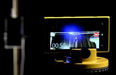 Интереснейший эксперимент: телефон был заряжен с помощью молнии