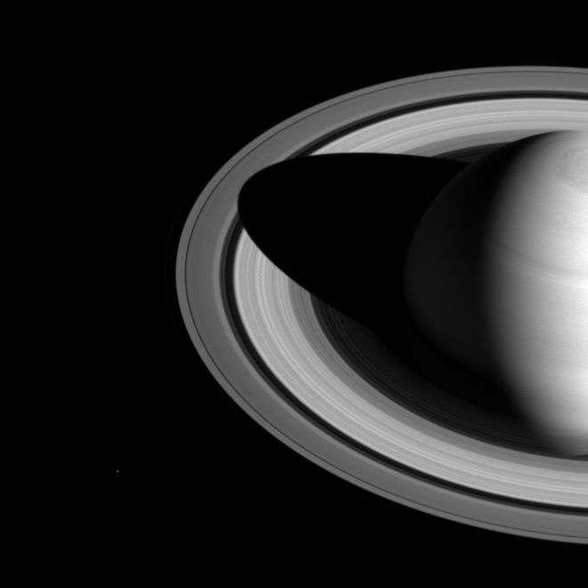 Станция Cassini получила снимок тени Сатурна накольцах планеты