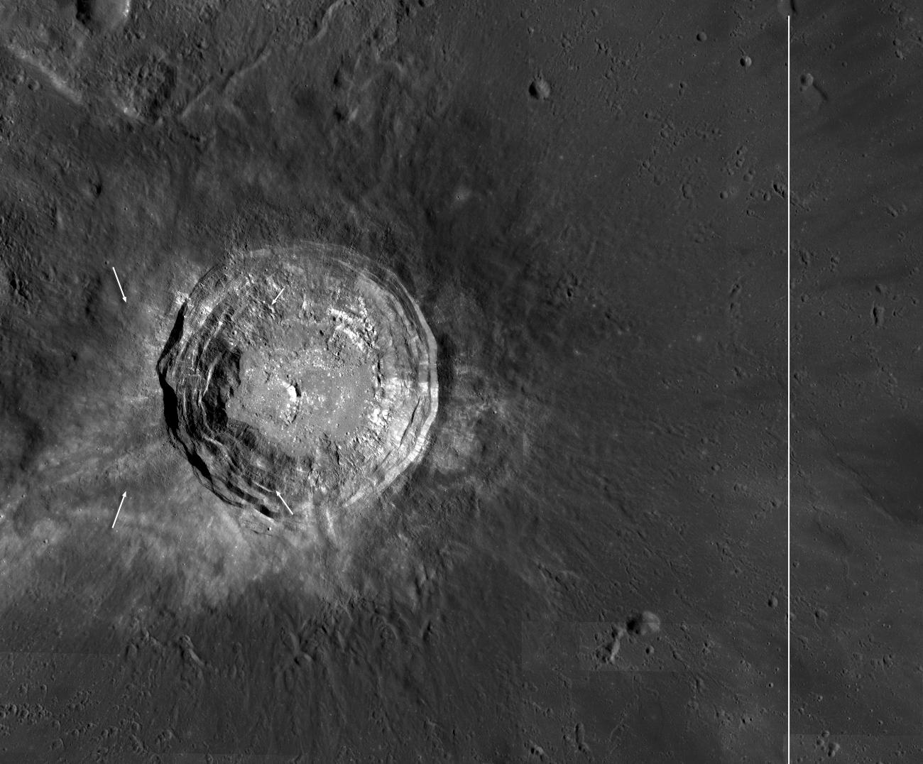 Гигантский кратер луны крупным планом