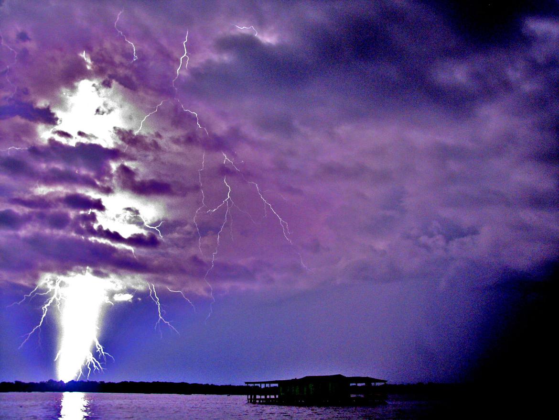 Фото черная молния должны держать